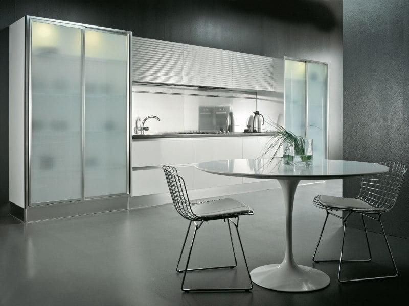 آشپزخانه ای مدرن با کابینت های شیشه ای
