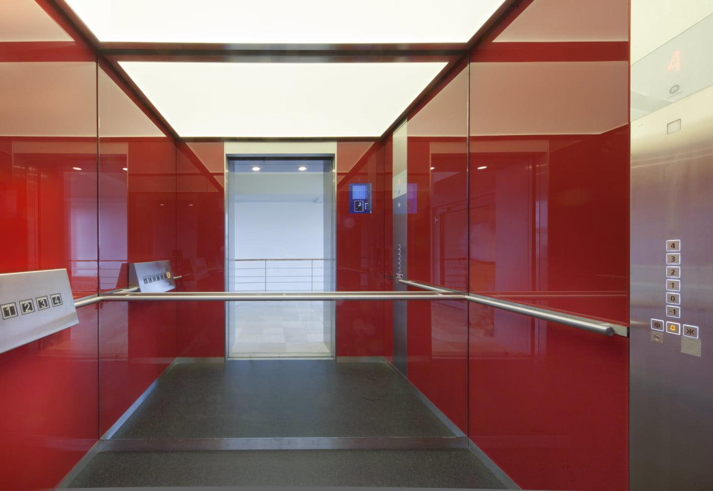 شیشه های رنگی در آسانسور