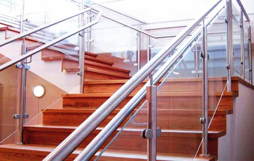نرده شیشه ای و مزایای آن در دکوراسیون ساختمان