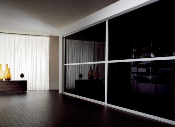 شیشه لاکوبل مشکی در اتاق خواب